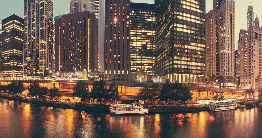 Chicago - Vista della città e del fiume Chicago di notte