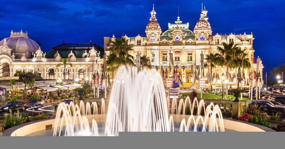 Monte-Carlo - View of the fountain in front of the Casino